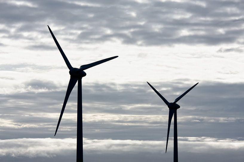 Twee windmolens grijze lucht van Jan Brons