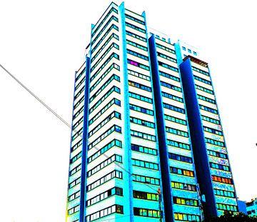 hoge flatgebouw in prachtige kleuren van Gerrit Neuteboom
