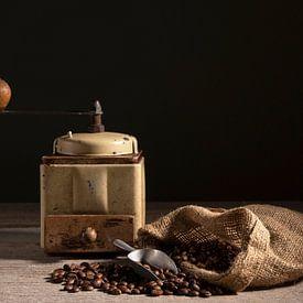 Koffiebonen met koffiemolen van Barbara Brolsma