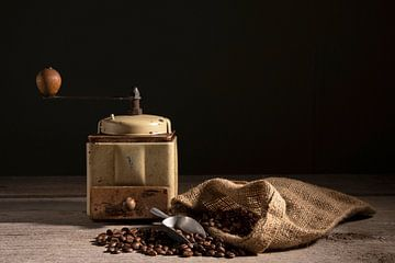 Koffiebonen met koffiemolen van