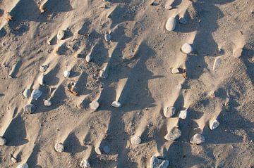 Zandstrand Bovenaanzicht met schaduw van Jonathan Schöps | UNDARSTELLBAR