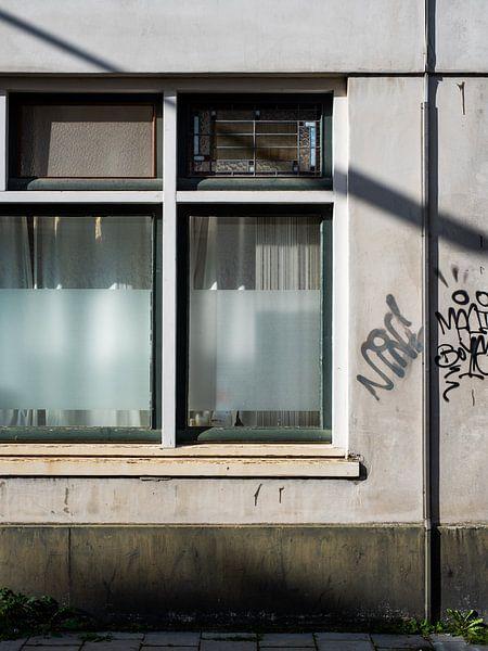 Alte Fassade mit Graffiti von Lynn van Gijzel