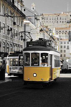 Tram in Lissabon van Sem Viersen