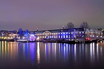 Verlicht Amsterdam bij nacht van Nisangha Masselink