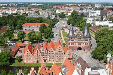 Blick auf historische Salzspeicher und das Holstentor von der Petrikirche, L�beck, Schleswig-Holstei