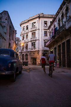 Spelende kinderen in Havana van Rob Altena