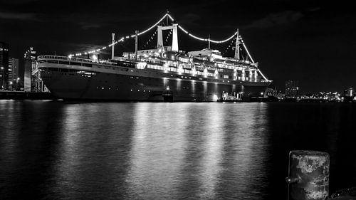 SS Rotterdam bij nacht in zwart-wit
