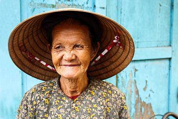 Vieille dame vietnamienne souriante sur Sofie Bogaert