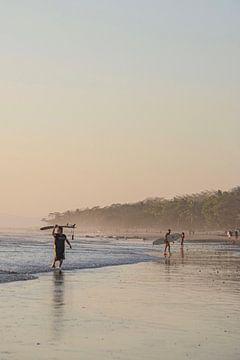 Surfer in Costa Rica von Bianca Kramer