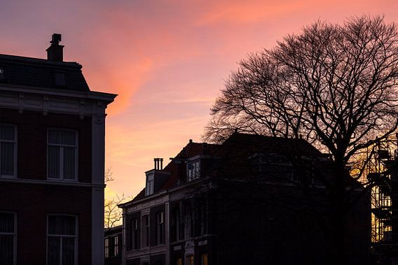 Avondrood in de Archipelbuurt Den Haag van Raoul Suermondt