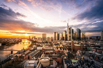 Frankfurtse skyline bij zonsondergang met rivier van Fotos by Jan Wehnert