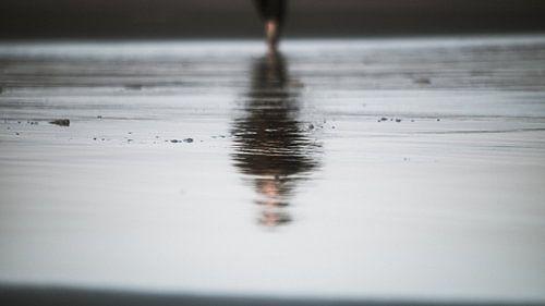 Reflectie op het strand van