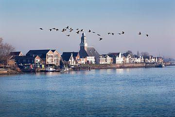Het dorp Lekkerkerk en overvliegende ganzen aan de rivier de Lek van Peter de Kievith Fotografie