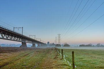 Spoorbrug bij zonsondergang van Sander Eggen