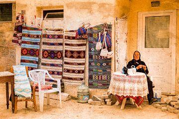 Tapijtenverkoopster op Kreta van Ron Poot