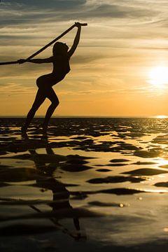 Artistiek naakt met een touw op de waddenzee bij zonsondergang van Arjan Groot