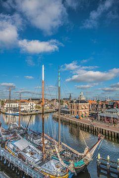 Zicht op de haven entree van de Friese stad Harlingen van