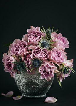 Rosa Rosen in einer Vase von Lorena Cirstea