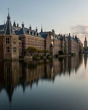 Vertikale Ansicht des Binnenhof (Innenhofs) und des Hofvijver (Gerichtsteichs) in Den Haag von OCEANVOLTA