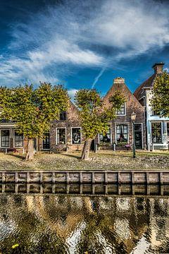 Zicht op de centrale gracht van het Friese stadje Sloten in het najaarslicht. von Harrie Muis