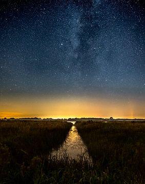 De melkweg gezien vanaf het Leekstermeer uitkijkend over het water. van Hessel de Jong