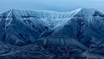 Bergen bij Longyearbyen van Cor de Bruijn