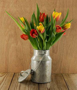 rode en gele tulpen in  metalen emmer van Compuinfoto .