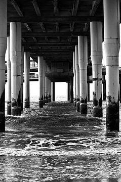 Foto unter der Seebrücke von Scheveningen. von Therese Brals