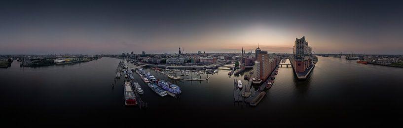 Luchtfoto van de skyline van Hamburg bij zonsopgang van Jonas Weinitschke