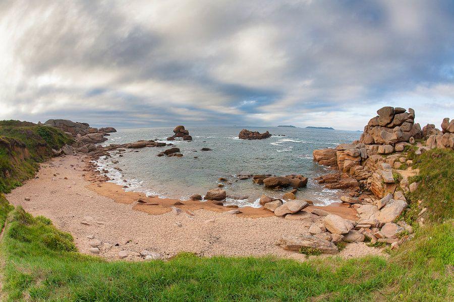 Baai aan de kustlijn bij Ploumanac'h in Bretagne