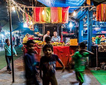 Kinderen spelen bij de ingang van een tempel. van Leonie Broekstra