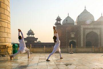 Yoga am frühen Morgen im Taj Mahal von