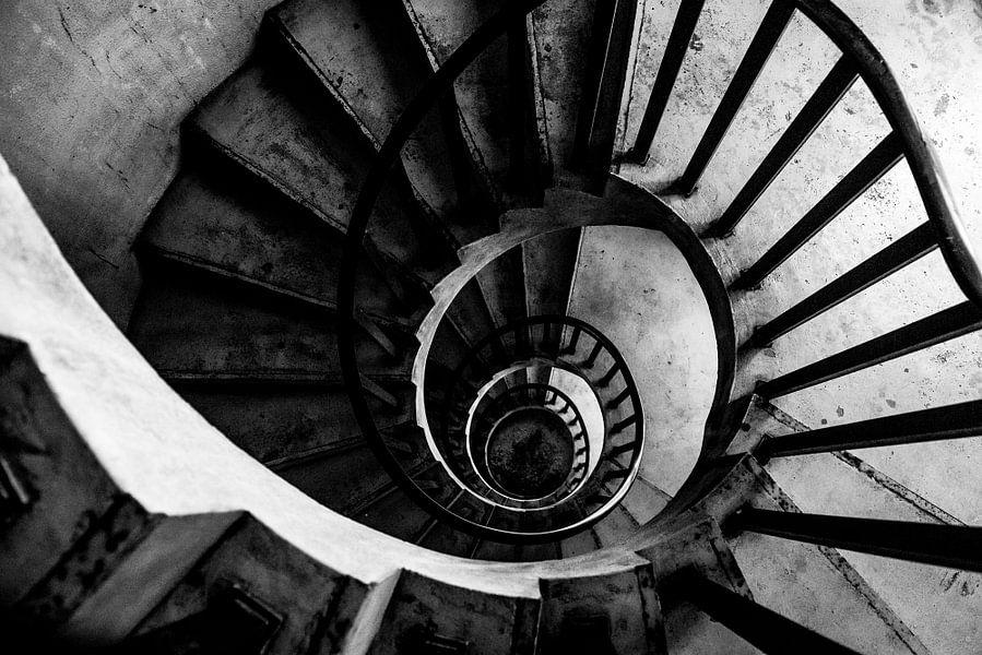Zwart wit urban wenteltrap naar beneden.  van Ellis Peeters