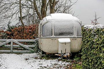 Oldtimer Caravan in de sneeuw sur Wybrich Warns