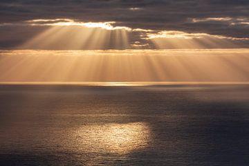 Sonnenstrahlen auf dem Meer von Uwe Merkel