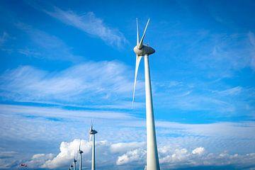 Reihe von Windturbinen in einem Windpark mit blauem Himmel und Wolken darüber von Sjoerd van der Wal