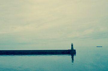 Vuurtoren voor Newcastle gezien vanaf zee van Ilja Kalle