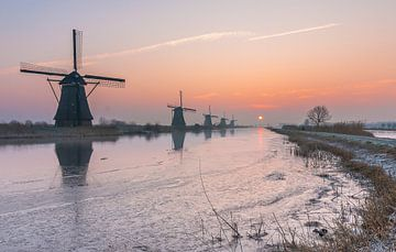 Sonnenaufgang Windmühlen Kinderdijk im Winter von Mark den Boer