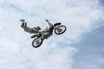 Stuntman auf Motorrad machte einen Sprung von