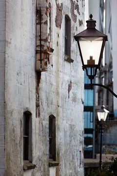 Straatlantaarns in een historische vintage omgeving in Dordrecht van Peter de Kievith Fotografie