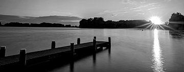 Brielse-See bei Sonnenuntergang in Schwarz-Weiß von Marjolein van Middelkoop