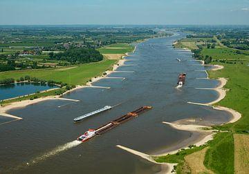Binnenvaartschepen op rivier de Waal. van Sky Pictures Fotografie