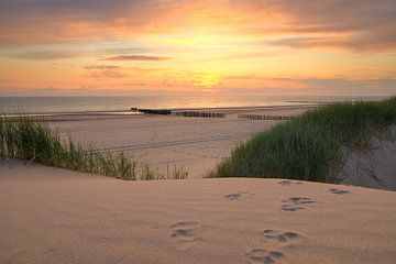 Zonsondergang boven Hollands strand van FotoBob