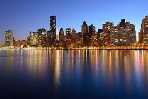 Midtown Manhattan Skyline in de avond gezien vanaf Roosevelt Island