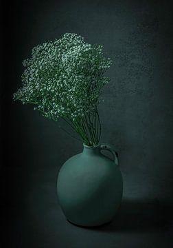 Nature morte de gypsophile dans un vase de rosée sur Marjolein van Middelkoop