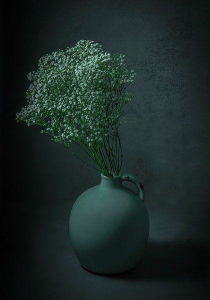 Stilleven bloemen in early dew vaas van Marjolein van Middelkoop