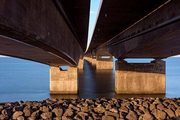 Onder de Grote Beltbrug in Denemarken tussen Funen (Nyborg) en Seeland (Korsør) van Wouter Loeve