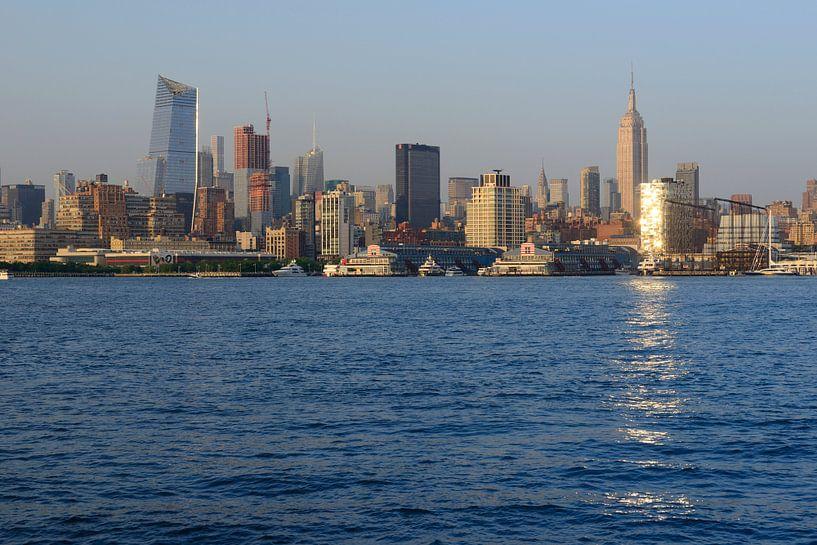 New York skyline bij zonsondergang - Midtown Manhattan met Empire State Building van Merijn van der Vliet