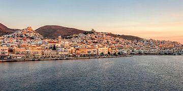 Panorama van Ermoupoli, Syros, Cycladen, Griekenland van Katho Menden