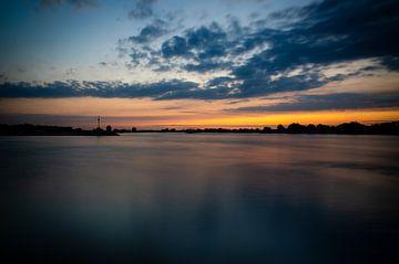 Zonsondergang aan boven de Waal van Marian Roest
